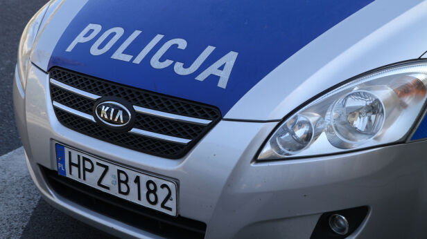 Policja eskortowała chłopca i jego rodziców do szpitala TVN24